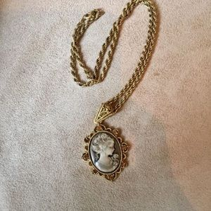 Beautiful & Elegant Vintage Gold Necklace!